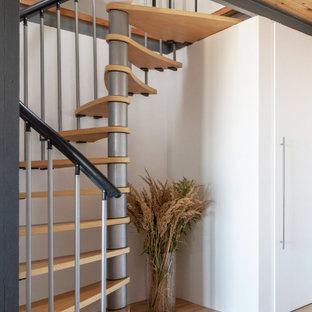Идея дизайна: винтовая лестница в современном стиле с деревянными ступенями без подступенок