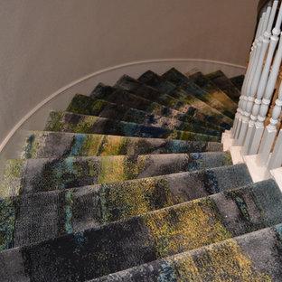 ダラスのカーペット敷きのコンテンポラリースタイルのおしゃれなサーキュラー階段 (カーペット張りの蹴込み板) の写真