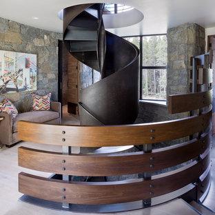 Modelo de escalera de caracol, rural, con escalones de metal y contrahuellas de metal