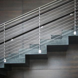 サンディエゴの大きいコンクリートのコンテンポラリースタイルのおしゃれなかね折れ階段 (コンクリートの蹴込み板、ワイヤーの手すり) の写真