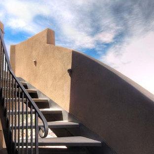 アルバカーキのコンクリートのサンタフェスタイルのおしゃれな階段の写真