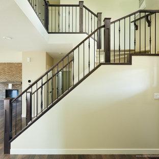 Ejemplo de escalera recta, contemporánea, con escalones enmoquetados, contrahuellas enmoquetadas y barandilla de varios materiales