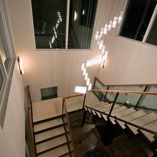 Idéer för att renovera en mycket stor funkis flytande betongtrappa, med öppna sättsteg och räcke i glas