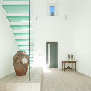 На фото: лестницы в современном стиле с стеклянными ступенями без подступенок