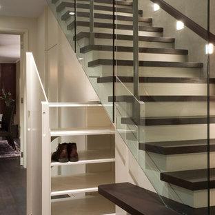 Diseño de escalera recta, contemporánea, con escalones de madera