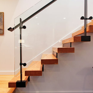 Idee per una scala a rampa dritta contemporanea con parapetto in vetro
