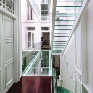 Пример оригинального дизайна: прямая лестница в современном стиле с стеклянными ступенями без подступенок
