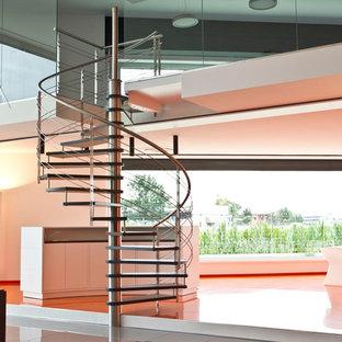Aménagement d'un escalier sans contremarche hélicoïdal contemporain avec des marches en bois.
