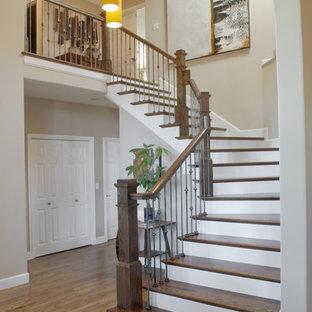 Diseño de escalera actual con escalones de madera
