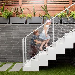 Idee per una scala a rampa dritta minimal con pedata in metallo, alzata in metallo e parapetto in cavi