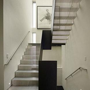 Modelo de escalera en U, contemporánea, con escalones de metal, contrahuellas de metal y barandilla de metal
