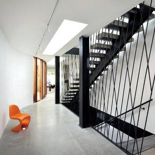 Diseño de escalera recta, contemporánea, sin contrahuella, con escalones de hormigón