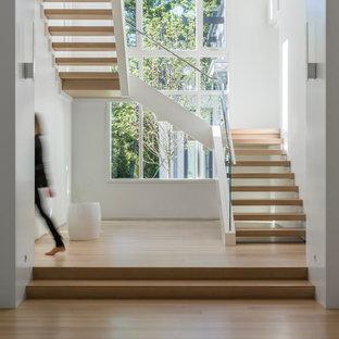 Inspiration för moderna u-trappor i trä, med öppna sättsteg