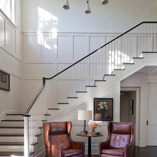 他の地域のフローリングのトランジショナルスタイルのおしゃれなかね折れ階段 (フローリングの蹴込み板) の写真