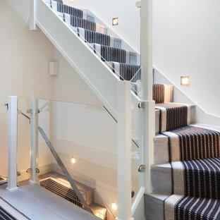 Diseño de escalera en L, contemporánea, de tamaño medio, con escalones de madera y contrahuellas de madera