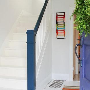 トロントのフローリングのコンテンポラリースタイルのおしゃれなかね折れ階段 (フローリングの蹴込み板) の写真