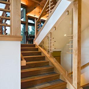Пример оригинального дизайна: лестница в современном стиле с ступенями из сланца и деревянными подступенками