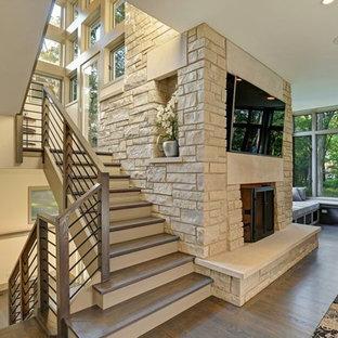シカゴの広い木のトランジショナルスタイルのおしゃれな折り返し階段 (フローリングの蹴込み板、混合材の手すり) の写真