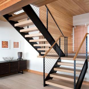 Imagen de escalera en U, rural, de tamaño medio, sin contrahuella, con escalones de madera y barandilla de cable