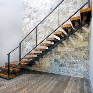 Idee per una grande scala sospesa minimal con pedata in legno, alzata in legno e parapetto in metallo