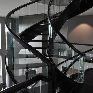 エドモントンの大きいフローリングのトラディショナルスタイルのおしゃれな階段の写真