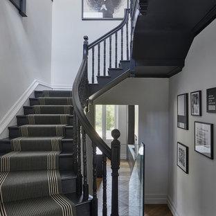 Bild på en mellanstor vintage u-trappa, med heltäckningsmatta, sättsteg med heltäckningsmatta och räcke i trä