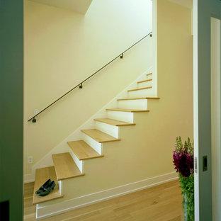 オースティンの木のコンテンポラリースタイルのおしゃれな階段の写真