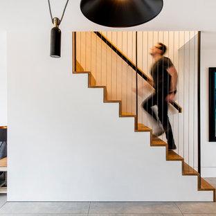 Идея дизайна: маленькая прямая лестница в стиле модернизм с деревянными ступенями, деревянными подступенками и металлическими перилами
