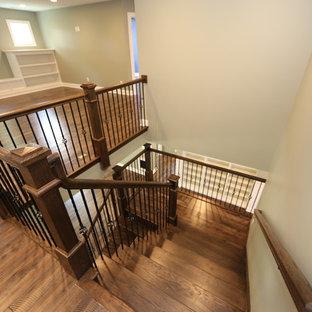 Imagen de escalera en U, de estilo americano, grande, con escalones de madera, contrahuellas de madera y barandilla de madera
