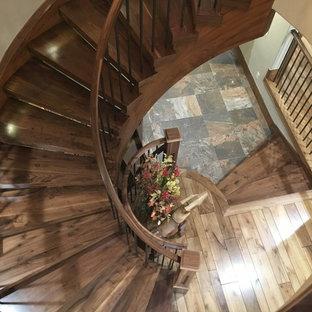 Diseño de escalera curva, tradicional renovada, grande, sin contrahuella, con escalones de madera y barandilla de madera