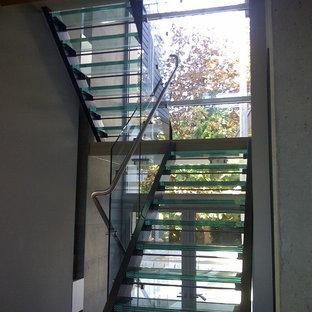 バンクーバーの中サイズのガラスのコンテンポラリースタイルのおしゃれな階段の写真
