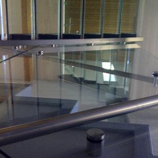 Idee per una scala sospesa minimal di medie dimensioni con pedata in vetro e nessuna alzata