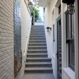 Modelo de escalera recta, costera, con escalones con baldosas y contrahuellas con baldosas y/o azulejos