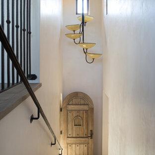 サンタバーバラの中くらいの地中海スタイルのおしゃれな直階段 (金属の手すり) の写真