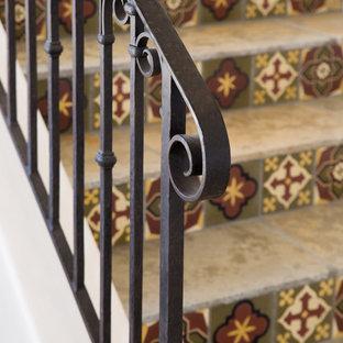 Diseño de escalera recta, mediterránea, pequeña, con escalones con baldosas, contrahuellas con baldosas y/o azulejos y barandilla de metal