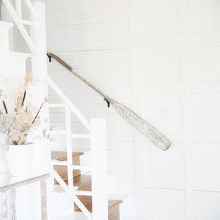 """Ispirazione per una piccola scala a """"L"""" costiera con pedata in legno verniciato, alzata in legno verniciato e parapetto in legno"""