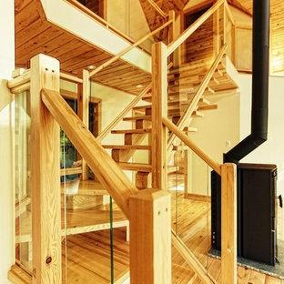 トロントのラスティックスタイルのおしゃれな階段の写真