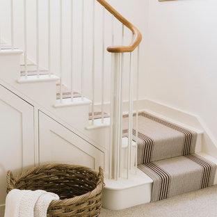 Modelo de escalera en L, de estilo de casa de campo, con escalones enmoquetados y contrahuellas enmoquetadas