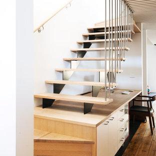 Diseño de escalera en U, nórdica, de tamaño medio, con escalones de madera y contrahuellas de madera