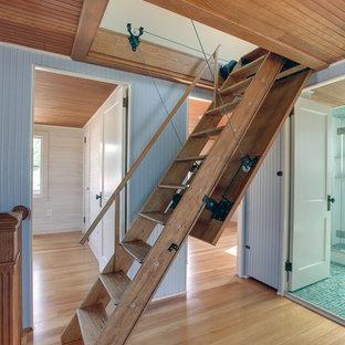 Idee per una piccola scala a rampa dritta eclettica con pedata in legno e nessuna alzata