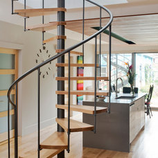 Contemporary Staircase by Atelier BOOM TOWN