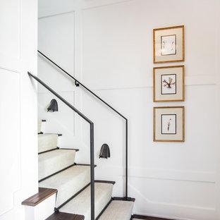 Inredning av en klassisk trappa i trä, med sättsteg i målat trä