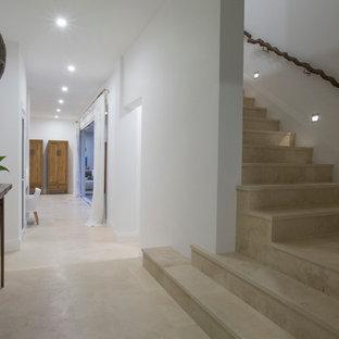 Diseño de escalera en L, costera, de tamaño medio, con escalones de travertino y contrahuellas de travertino