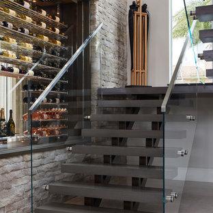 Foto de escalera suspendida, contemporánea, sin contrahuella, con barandilla de vidrio