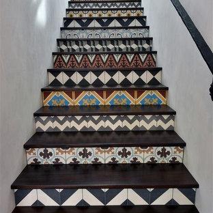 Foto de escalera recta, actual, pequeña, con escalones de terracota y contrahuellas de terracota
