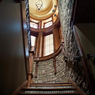 Modelo de escalera de caracol, clásica, de tamaño medio, con escalones de madera y contrahuellas con baldosas y/o azulejos