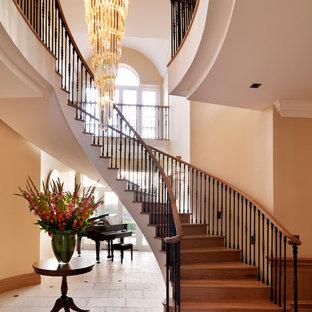 Modelo de escalera curva, clásica, con escalones de madera y contrahuellas de madera
