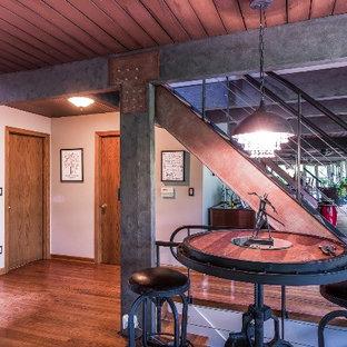 Diseño de escalera recta, industrial, de tamaño medio, sin contrahuella, con barandilla de metal y escalones de madera