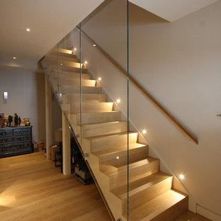 Imagen de escalera recta, actual, con escalones de madera y contrahuellas de madera
