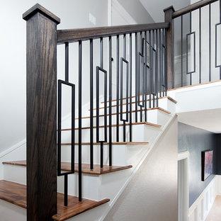 Ejemplo de escalera suspendida, clásica renovada, de tamaño medio, con escalones de madera, contrahuellas de madera pintada y barandilla de varios materiales
